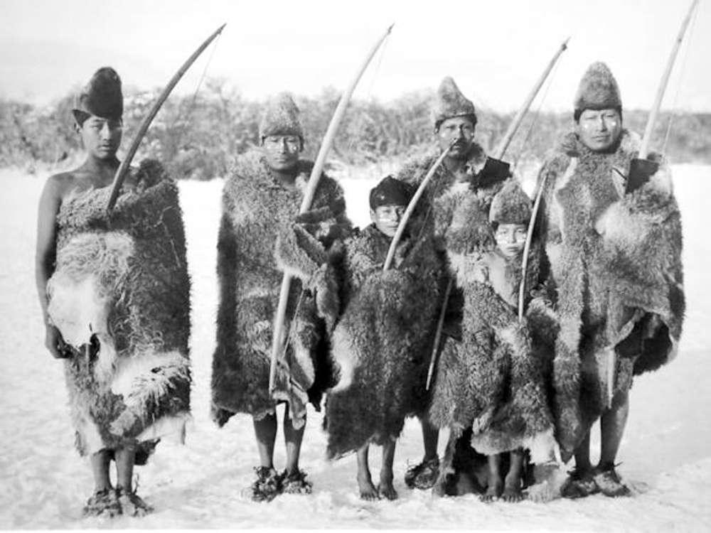Selk'nam ou Onas com seus trajes comuns.
